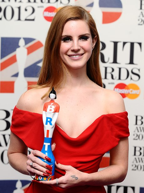 lana-del-rey-brit-awards-2012-backstage-