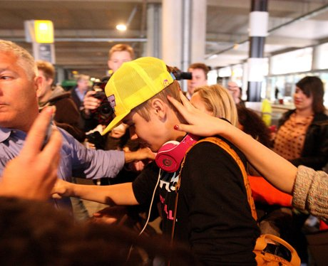 justin Bieber gets mobbed at the airport