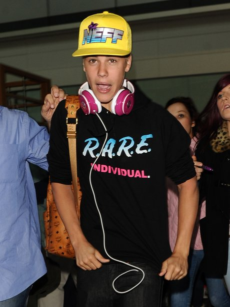 Justin Bieber gets mobbed at heathrow airport