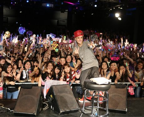 Justin Bieber Poses With His Fans in Japan