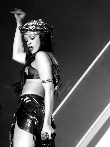 Rihanna wearing Egyptian style outfit live on stage