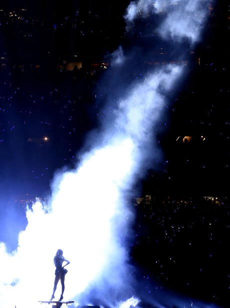 Beyonce performs under a spotlight at US Super Bowl 2013