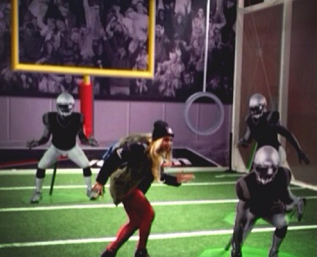 Beyonce pretends she's at the Super Bowl 2014