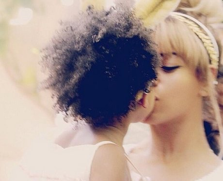Beyonce and Blu Ivy kiss on instagram