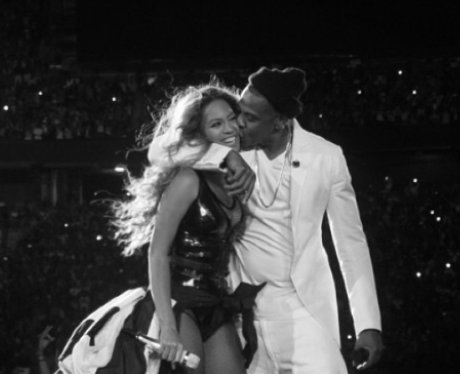 Beyonce and Jay Z kiss