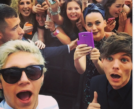 Niall, Louis and Katy Perry Photobomb