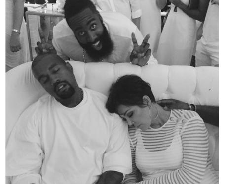 Kris Kardashian gets photobombed