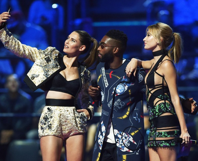 21d2c04a58d hailey-baldwintinie-tempah-binace-balti-mtv-emas-2015--1445807776-view-0.jpg