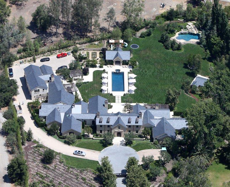 celebrity houses 25 unbelievable pop star homes you wish. Black Bedroom Furniture Sets. Home Design Ideas