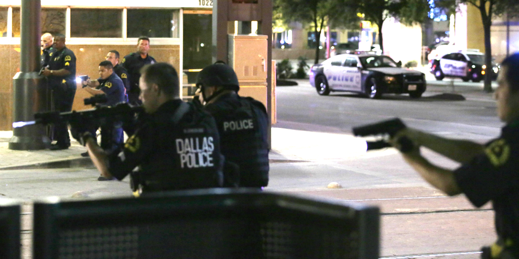Police negotiate with suspect in Dallas