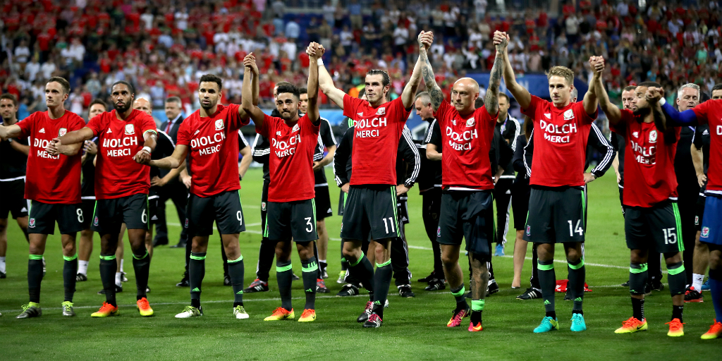 Wales squad thank fans in Lyon