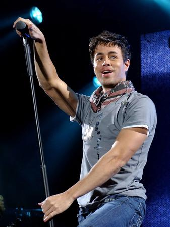 Enrique Iglesias live and posed