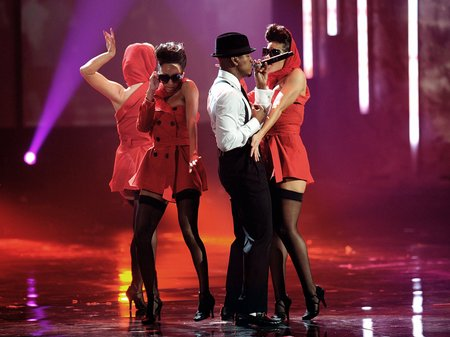 neyo performs live at the american music awards 20