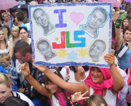 Crowds at JLS in Ponty