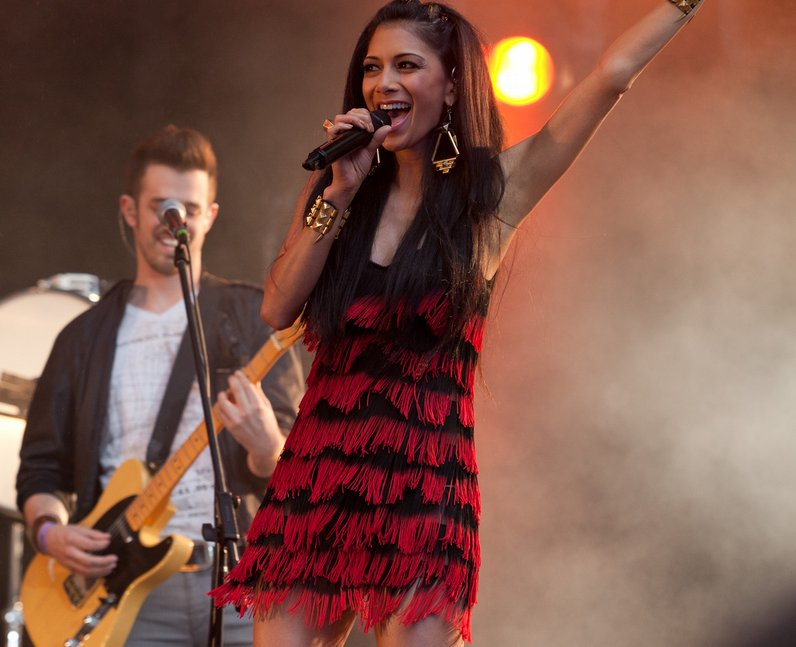 Enrique performs with Nicole Scherzinger Summertim