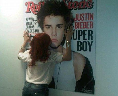 Rihanna and Bieber kissing