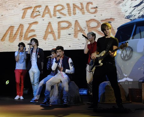 One Direction performing live in coneret