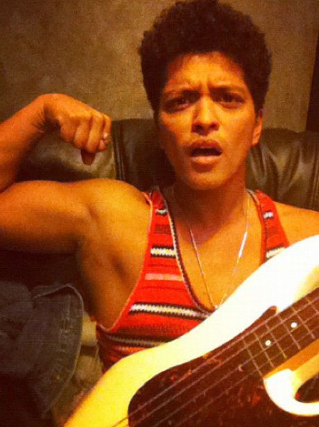 Bruno Mars shows off his biceps on Twitter