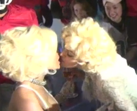 Madonna kissing Nicki Minaj
