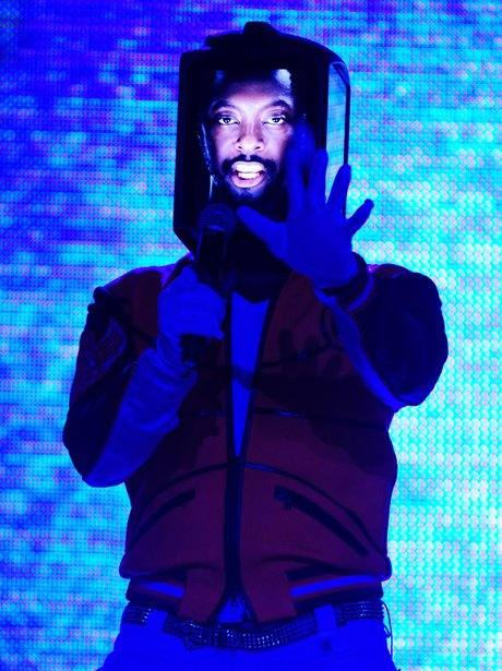 Will.i.am wiht ipod on his face
