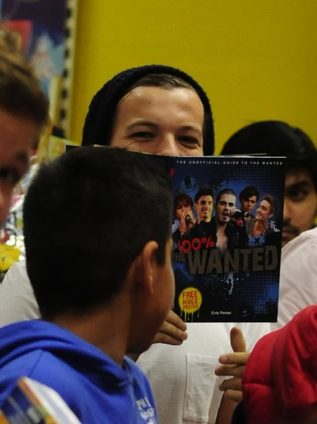 Louis Tomlinson reads a book about The Wanted.