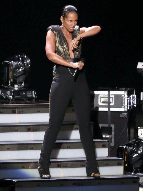 Alicia Keys performs at the 2012 MTV VMA awards