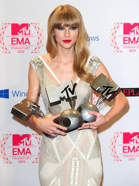 Taylor Swift holding her MTV Europe Music Awards 2012 awards
