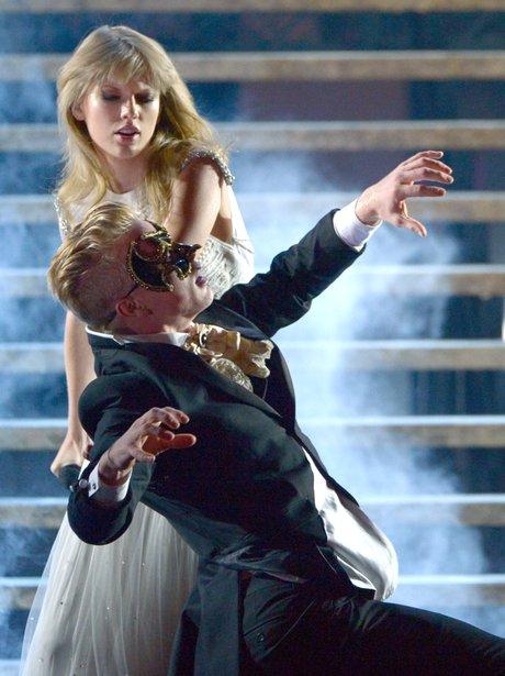 Taylor Swift sings at the AMAs 2012