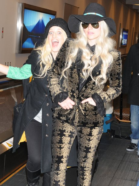 Ke$ha Gets Photobombed