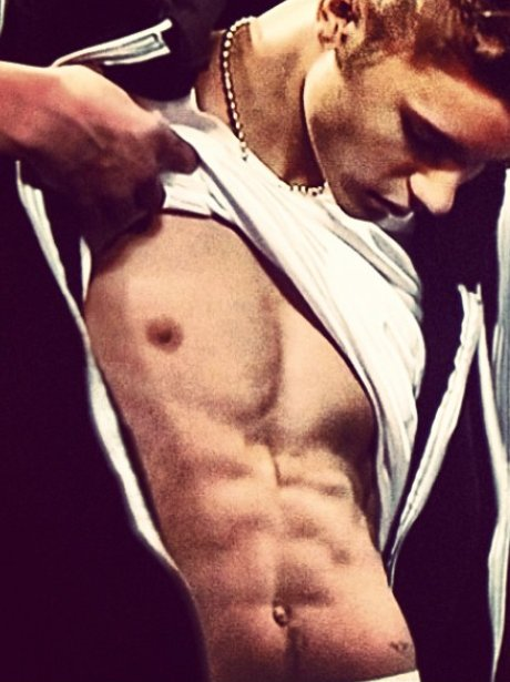Justin Bieber shows off his abs