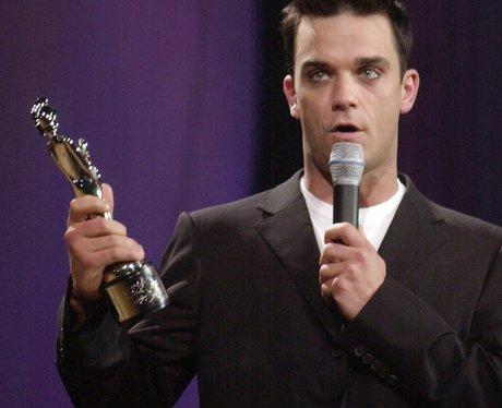 Robbie accepts award at 2001 Brits