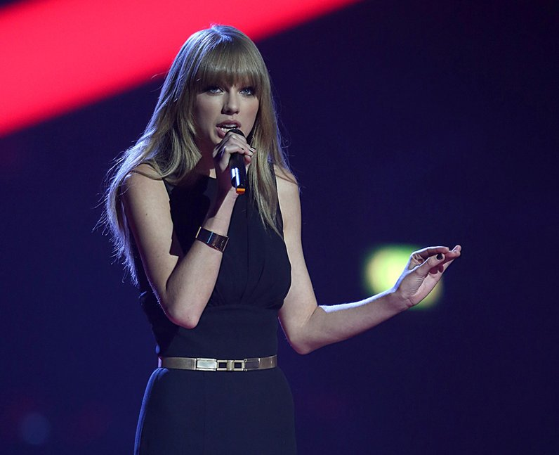 Taylor Swift presents the award for Best Female Ar