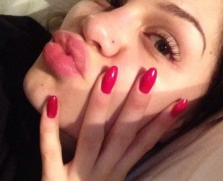 Jessie J with red nails before her big head shave