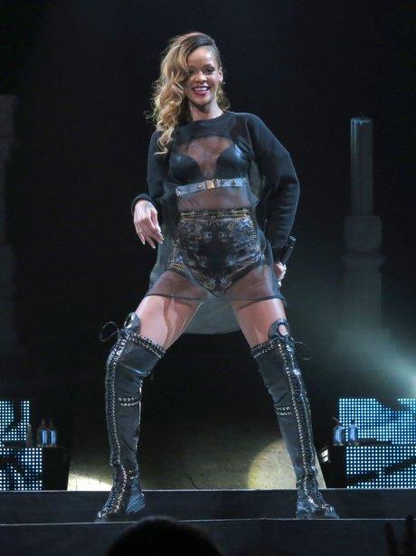 Rihanna performs on Diamonds Tour