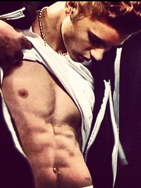 Justin Bieber shows off his abs on tour