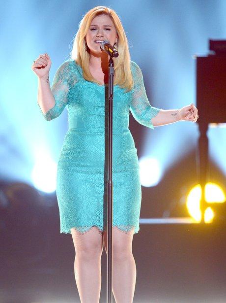 Kelly Clarkson plays the ACM Awards 2013