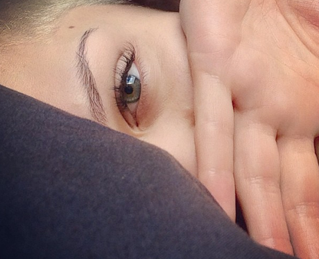 Jessie J covers her face up