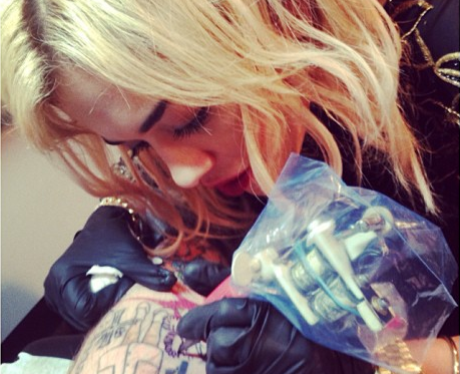 Rita Ora tattooing her tattoo artist in New York City