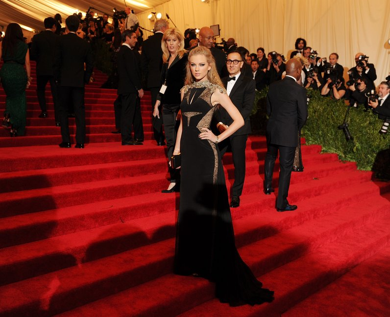 Taylor Swift arrives at the MET Gala in New York in a stunning black ...
