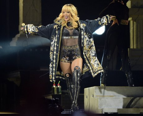 Rihanna performs on Dimonds tour