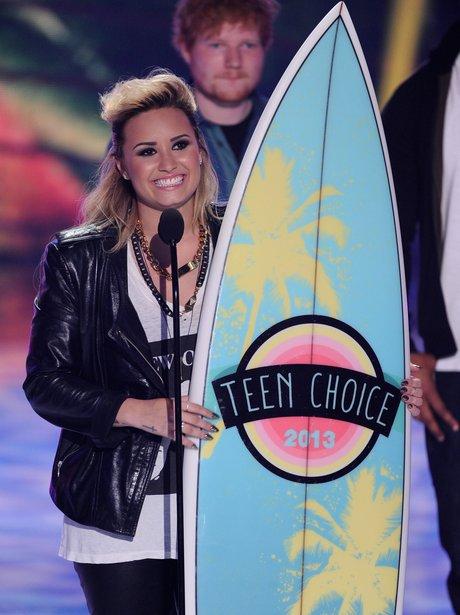 Miley Cyrus holding Teen Choice Awards 2013 surfboard