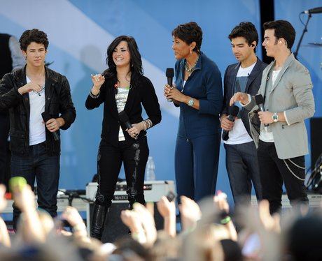 Demi Lovato performing with the Jonas brothers