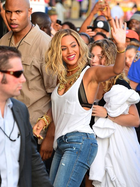Beyonce mobbed in the Coney Islands