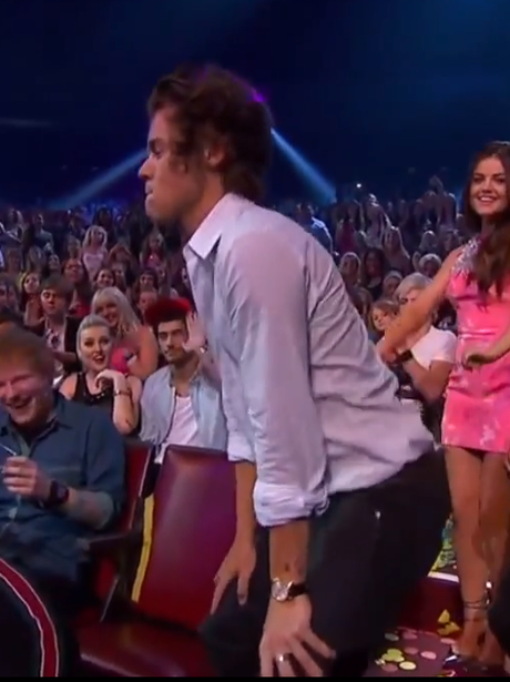 Harry Styles twerks at the Teen Choice Awards 2013