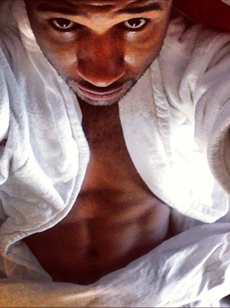 Usher shows off abs