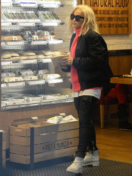 Rita Ora buying a sandwich