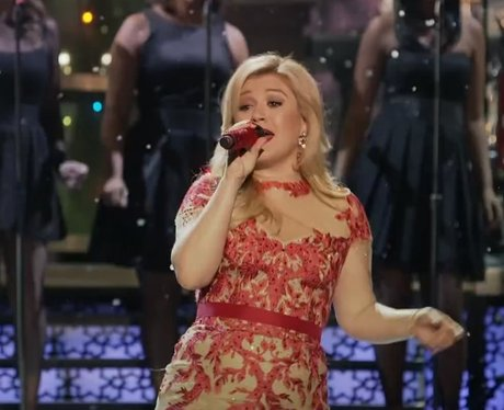 Kelly Clarkson's Christmas music video - Kelly Clarkson Gets Christmassy In Her 'Underneath The Tree' Video