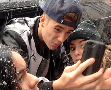 Justin Bieber poses with a fan in New York