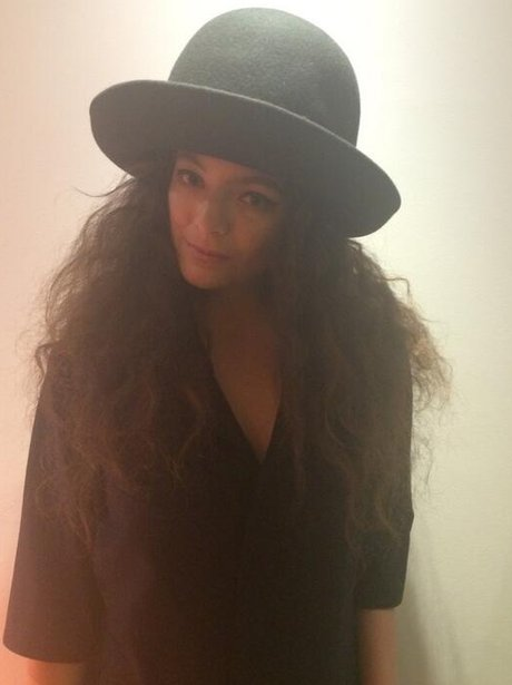 Lorde wearing a giant hat