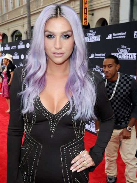 Kesha and Ludacris photobomb